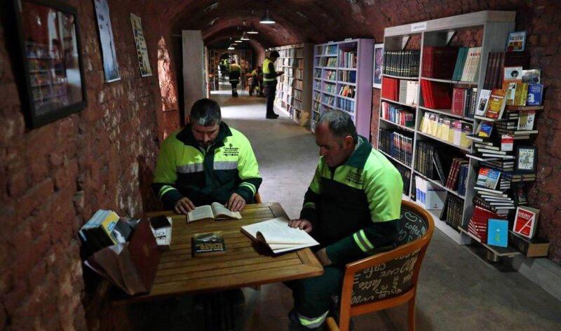Salvano i libri e aprono una biblioteca