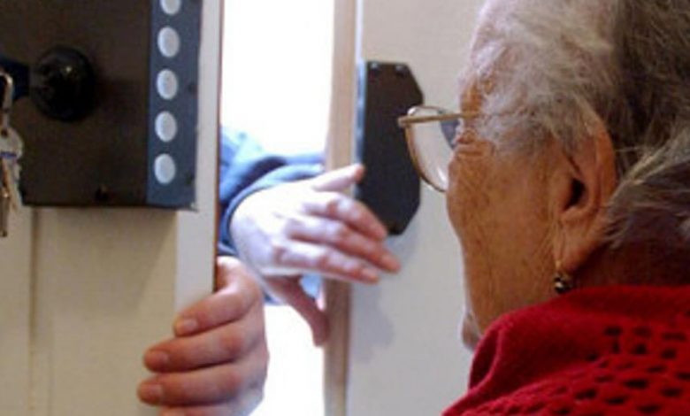 Il ladro soccorre l'anziana dopo essere entrato in casa per derubarla