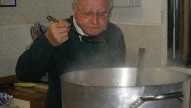 Photo of Lo chef dei poveri è di Roma, ha 90 anni e ogni giorno cucina per 300 senzatetto