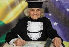 Photo of L'anziana signora si laurea ad 87 anni e con una tesi scritta interamente a mano