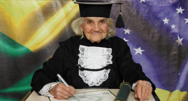 Anziana signora si laurea a 87 anni