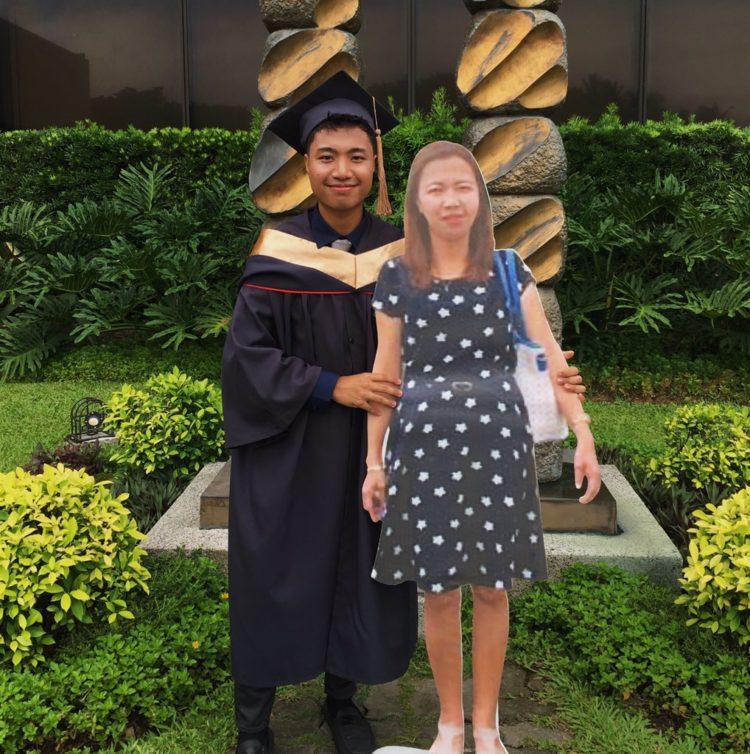Lo studente porta con sé l'immagine della madre defunta il giorno della sua laurea