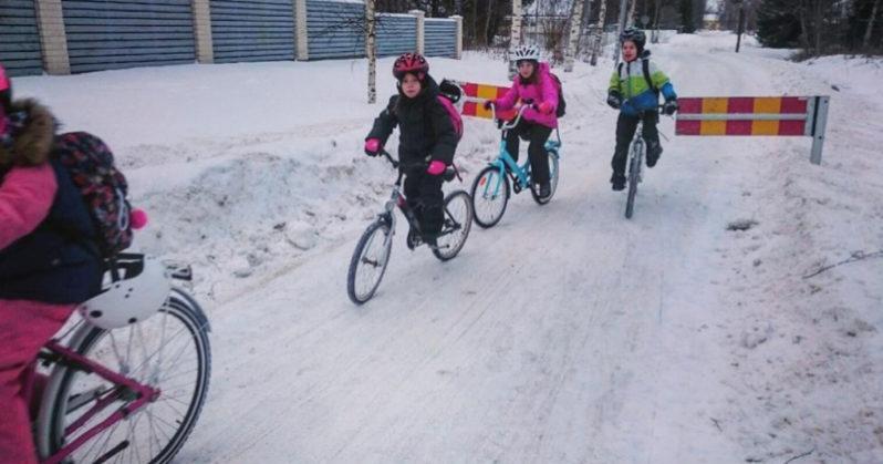 In Finlandia i bambini vanno a scuola in bicicletta anche con 17 gradi sotto lo zero