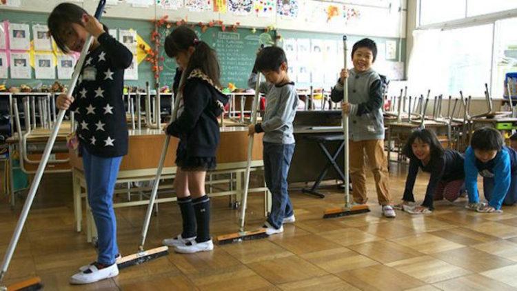 Gli studenti giapponesi puliscono aule e bagni dopo le lezioni