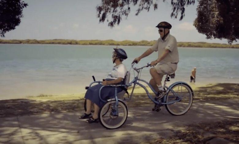 Marito inventa bicicletta speciale per la moglie con l'Alzheimer