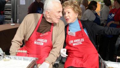 Photo of Kirk Douglas lascia 61 milioni di dollari in beneficienza per aiutare i più bisognosi