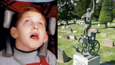 Photo of Un papà inconsolabile costruisce una commovente scultura dedicata al figlio disabile scomparso