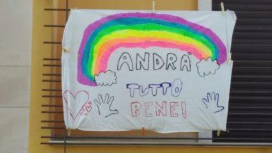 """Photo of Coronavirus. Sui balconi d'Italia i bambini espongono l'arcobaleno della speranza: """"Andrà tutto bene"""""""