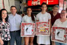 Photo of Una pizzeria stampa sui cartoni della pizza le foto dei cani che cercano famiglia