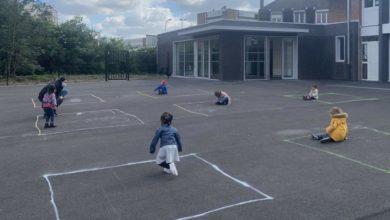 Photo of Le foto dei bambini che giocano in quadrati di gesso: la triste riapertura della scuola in Francia
