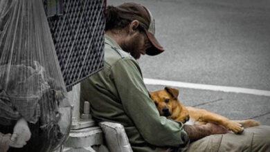 Photo of Un senzatetto trova un portafoglio pieno di banconote e lo riconsegna. La sua onestà viene ricompensata con un posto di lavoro e un tetto sulla testa