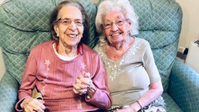 Photo of Amiche inseparabili da quasi 80 anni scelgono la stessa casa di riposo per continuare a stare insieme