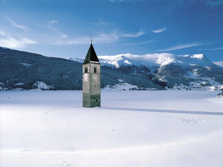 Campanile di Curon in inverno