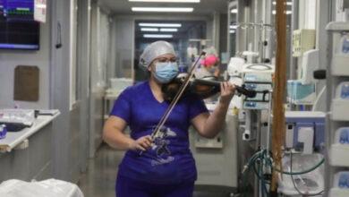 Photo of L'infermiera suona il violino per i pazienti affetti dal Coronavirus dopo aver terminato il suo turno di lavoro in ospedale