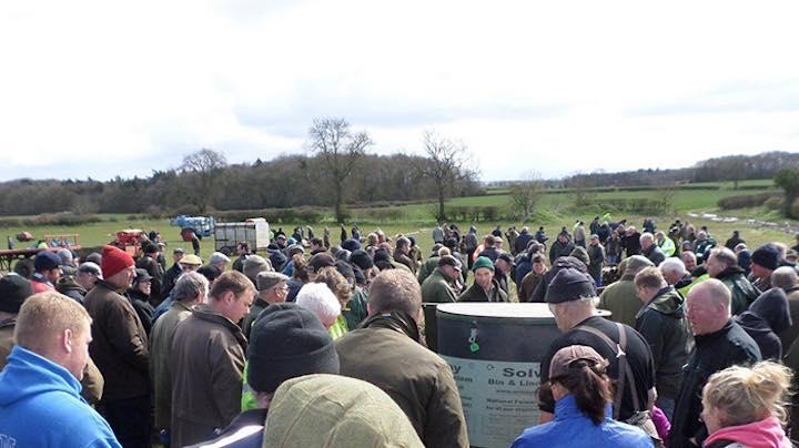 200 agricoltori restano in silenzio