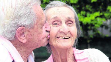 Photo of Una coppia di anziani, innamorati in gioventù, si ritrova 65 anni dopo in una casa di riposo e riscopre l'amore