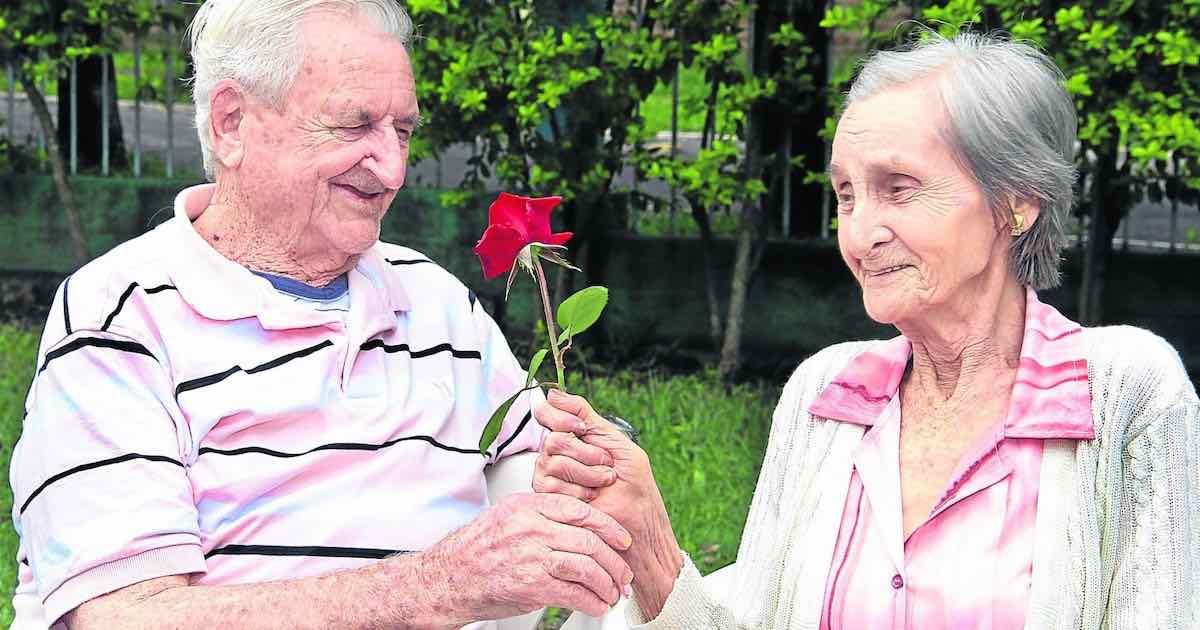 coppia di anziani si ritrova 65 anni dopo