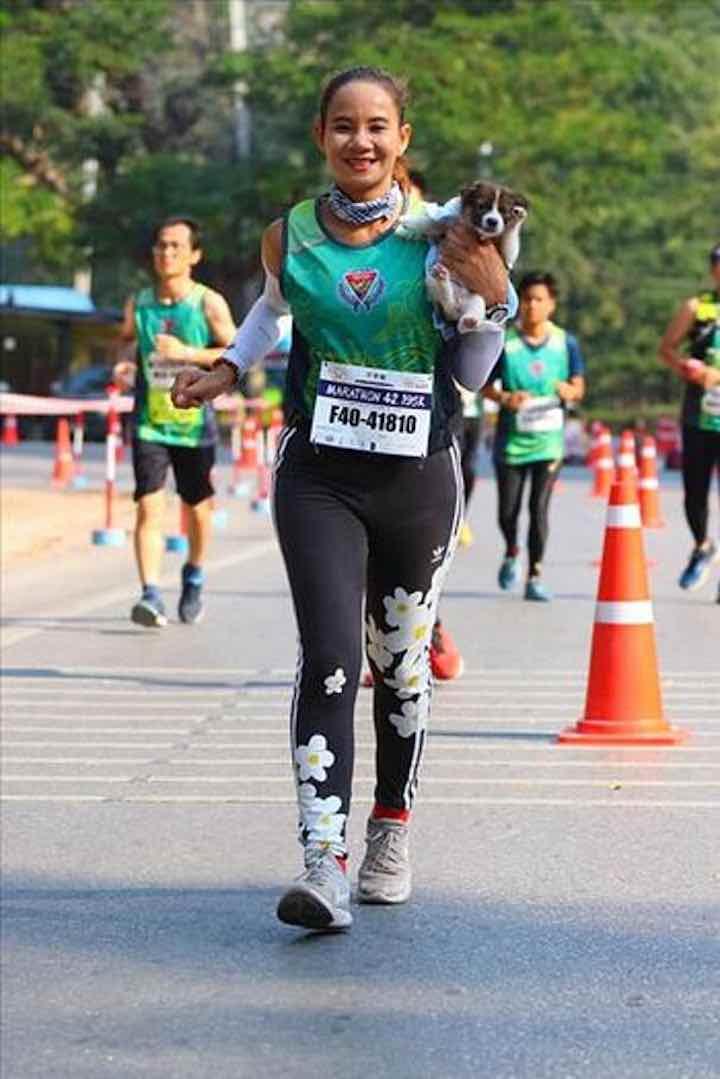 Una donna che ama gli animali salva un randagio nel corso di una maratona