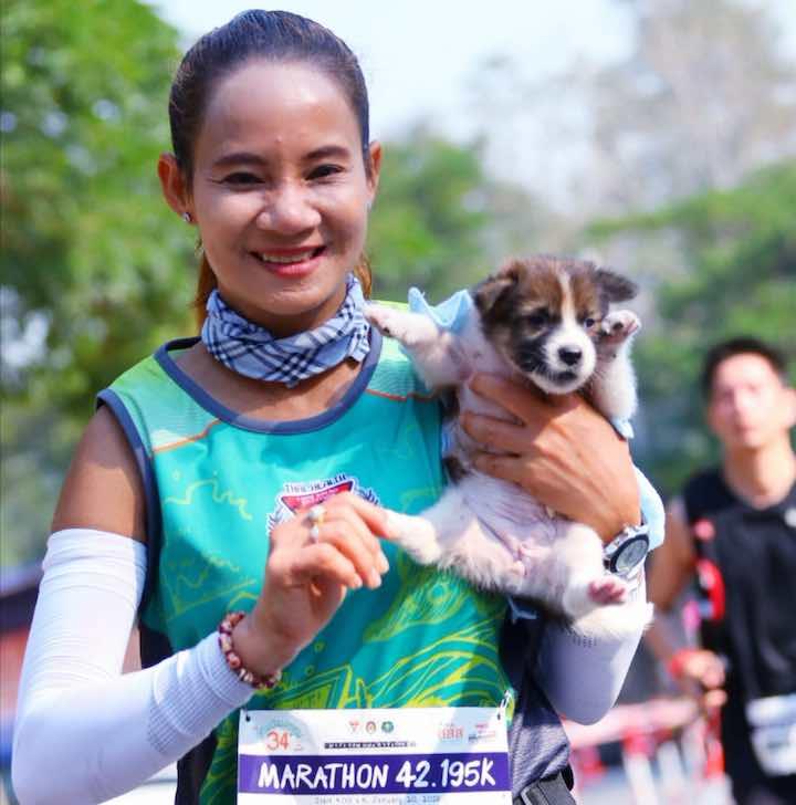 Una donna salva un randagio maratona