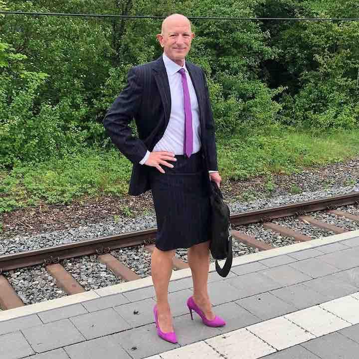 quest'uomo indossa gonne e scarpe con i tacchi per andare al lavoro.