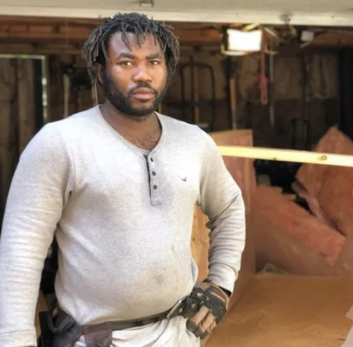falegname costruisce casette senzatetto