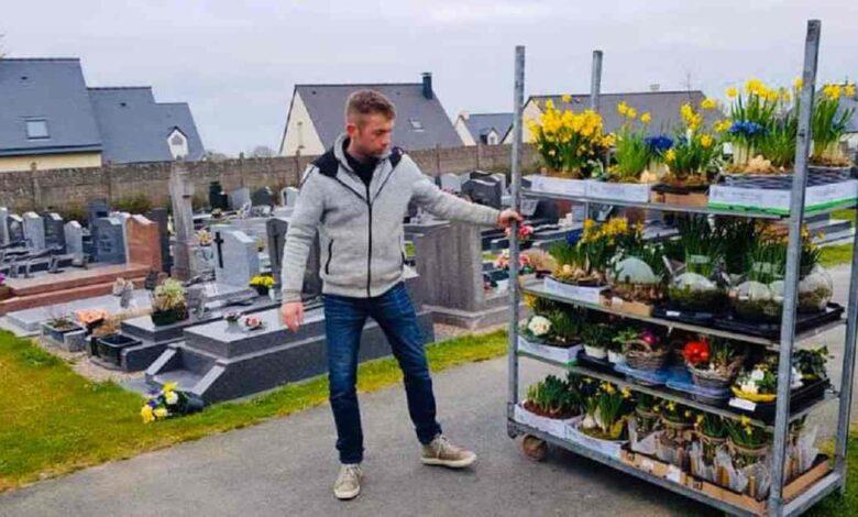 Fioraio dona i fiori invenduti