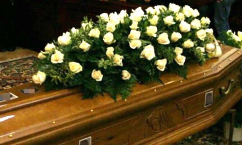 Due fratelli rifiutano di invitare il padre al funerale