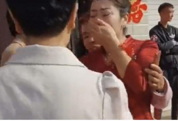 La madre del futuro sposo scopre durante la festa