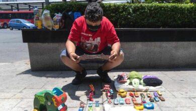 """Photo of """"Io e mia madre non abbiamo niente da mangiare"""": un ragazzino di 11 anni scambia i suoi giocattoli con del cibo. La storia commuove il web"""