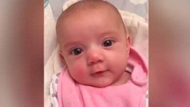 """Photo of Neonata di sole 8 settimane dice """"Ti amo"""" alla mamma e non smette di sorriderle. Le immagini emozionano il web"""