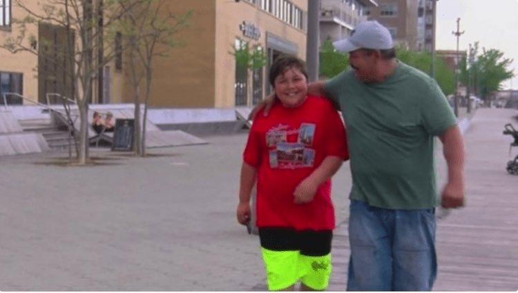 Un ragazzo di 11 anni restituisce il portafoglio trovato per strada