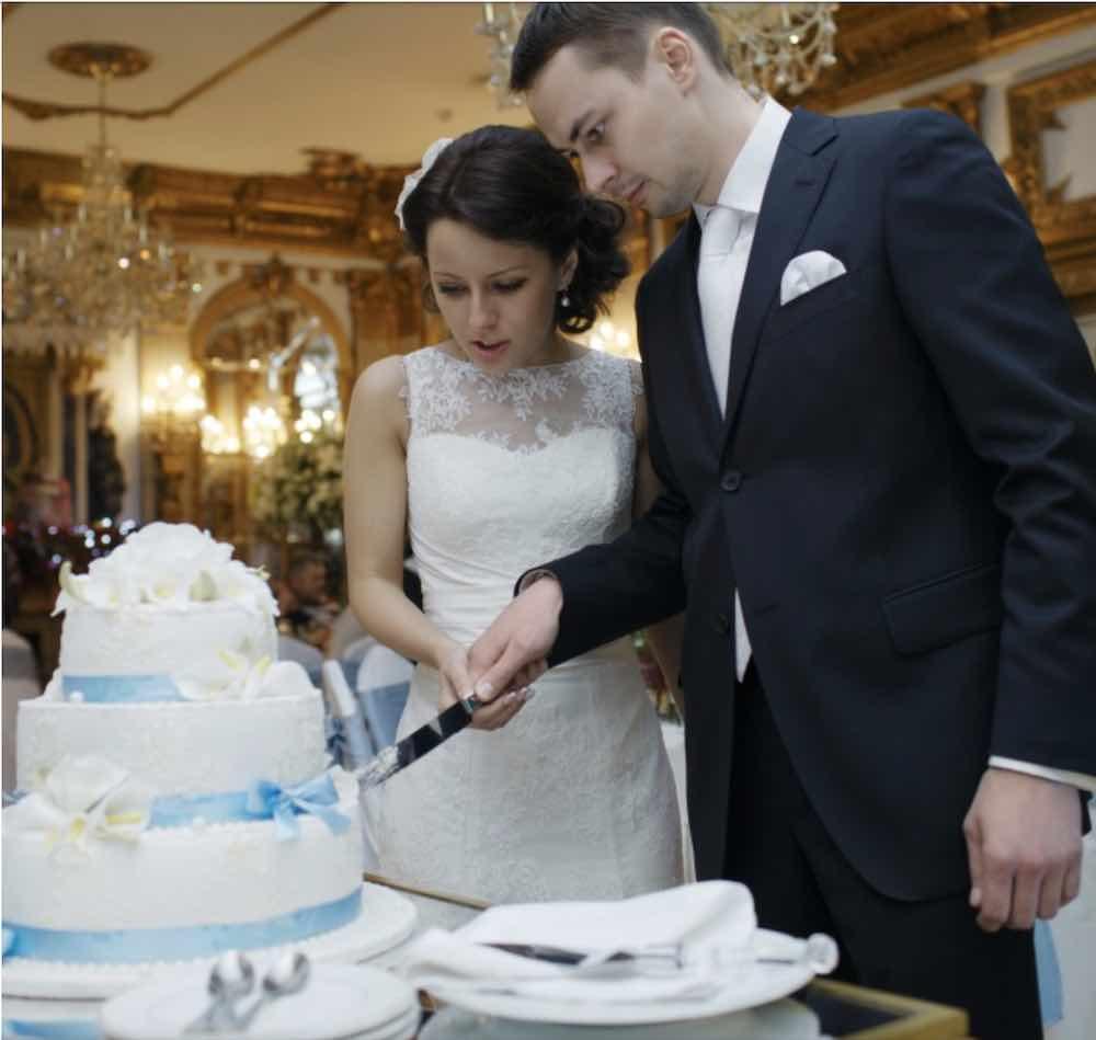 Coppia di neo sposi bersagliata regali