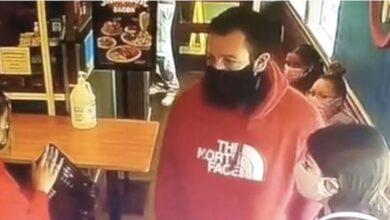 Photo of Manda via un cliente dal locale perché non c'erano più posti a sedere, ma poco dopo scopre di aver cacciato Adam Sandler