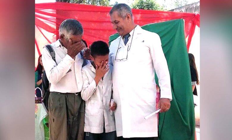 Nonno e nipote piangono di gioia
