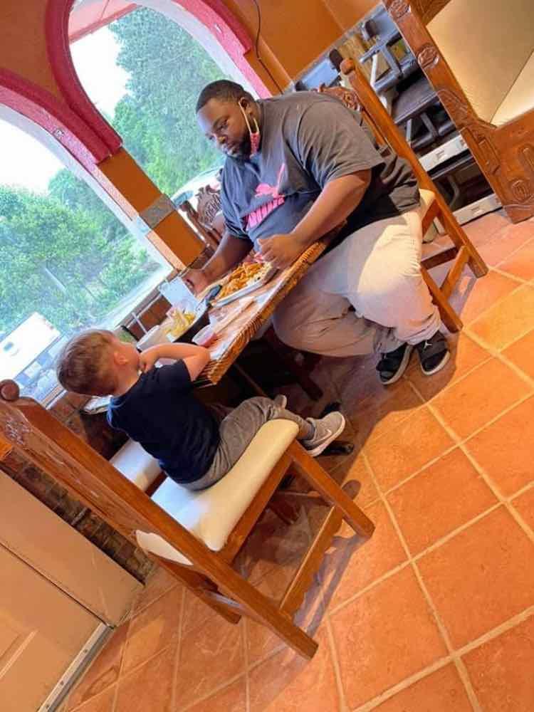 Un bambino di 6 anni vede uomo che mangia da solo