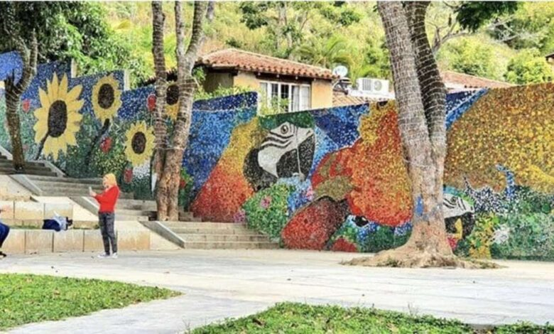 Un giovane artista crea un murale con 200.000 tappi