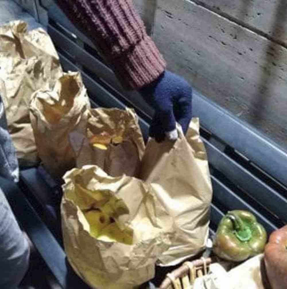 Un panettiere dona ogni sera pane