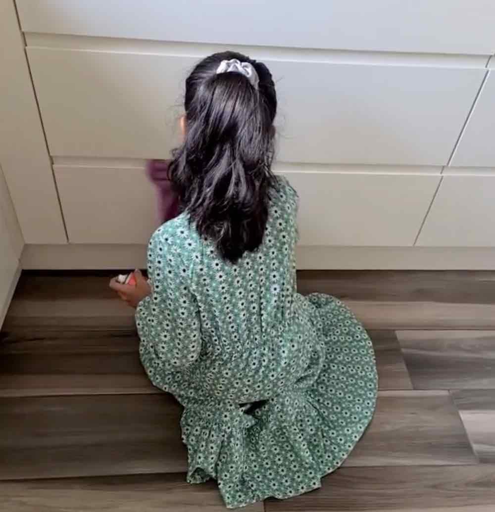 Una mamma mette i bambini pulire casa ogni domenica