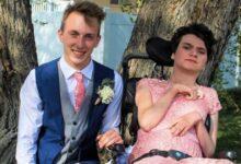 Photo of Un adolescente porta una ragazza disabile al ballo: nessuno voleva accompagnarla. Il suo comportamento da gentiluomo viene elogiato sui social