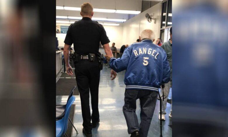 Un poliziotto aiuta un anziano 92 anni cacciato