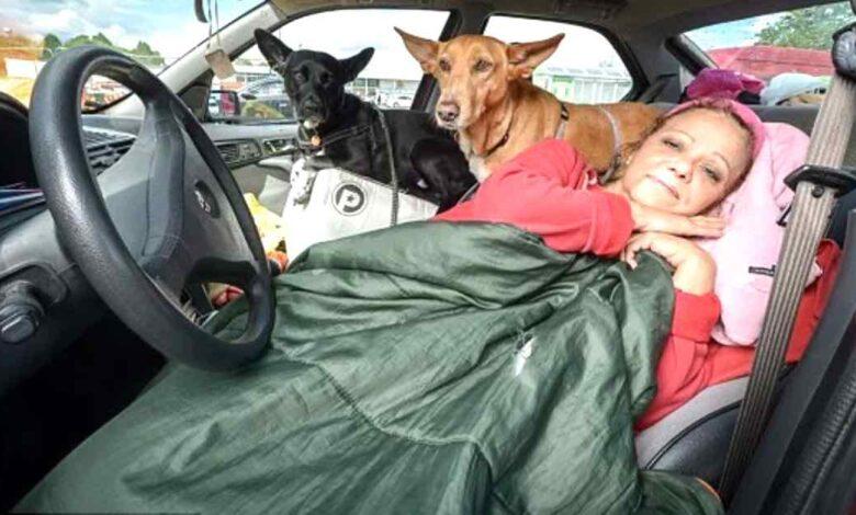Una donna di 57 anni vive in macchina