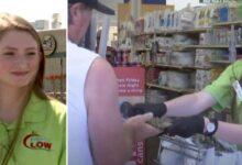 Photo of Una giovane cassiera del supermercato paga la spesa ad un anziano che non ha soldi a sufficienza: il suo gesto altruista tocca i cuori del web